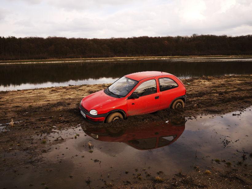 wjazd samochodem brzeg rzeki