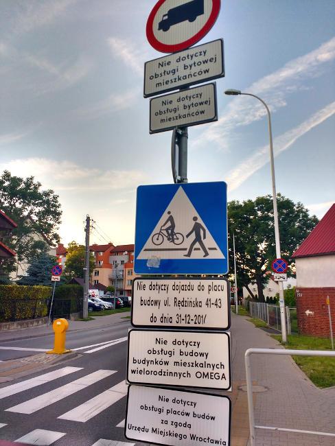 ile znaków drogowych może być na jednym skrzyżowaniu