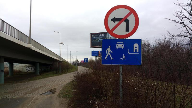 niestosowanie nieprawidłowo ustawionego znaku drogowego