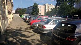 Chwilowe zastawienie wyjazdu zaparkowanych samochodów